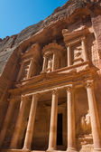 The treasury building carved into the roack face at Petra in Jor — Stock Photo