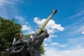 Old Howitzer gun barrel aimed skyward — Stock Photo