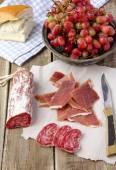 Almuerzo con salchichas y jamón — Foto de Stock
