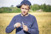 L'adolescente con il coltello su un campo — Foto Stock
