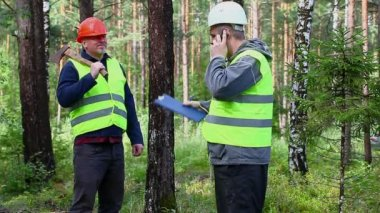 Forest Officer talking with worker — ストックビデオ