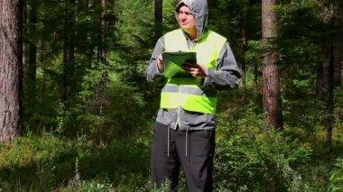 Oficial forestal con carpeta — Vídeo de stock