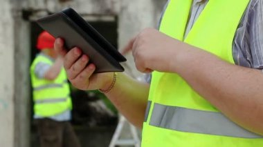 Builder with tablet — Vídeo de Stock