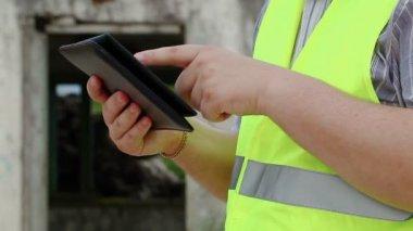 Constructor con Tablet Pc — Vídeo de Stock