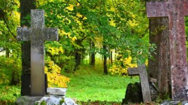 Old stone crosses on graves in autumn — Stock Video