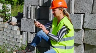 Woman-builder talking on the mobile phone — Стоковое видео