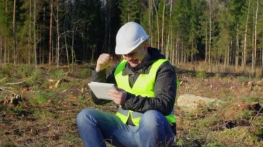 Happy forest engineer with tablet PC in the forest — Stock Video