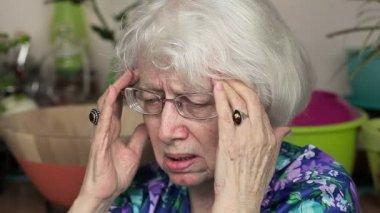 Äldre kvinna med huvudvärk — Stockvideo
