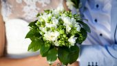 Newly wed couple holding bouquet — Stock Photo