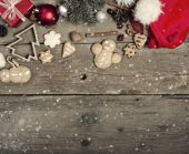 Christmas decorations and home made ginger bread on rustic woode — Stockfoto