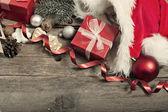 Рождественские украшения и дома сделал имбирный хлеб на деревенском woode — Стоковое фото
