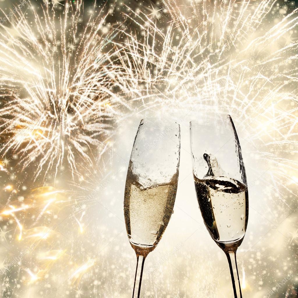 Brindando con copas de champagne sobre fondo brillante de for Imagenes de copas brindando