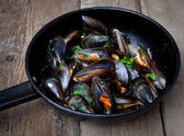 Mussels cooked with white wine sauce — Stock Photo