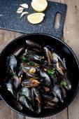 Muscheln mit Weißweinsauce gekocht — Stockfoto