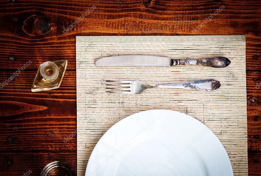 Ajuste de la tabla para dos personas con platos vacíos - mesa ...