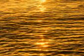 Gold reflective water surface of sunset on the lake. — Stock Photo