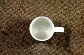 White coffee cup on a hemp sack. — Stockfoto