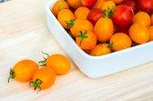 Küçük kırmızı ve sarı domates. — Stok fotoğraf
