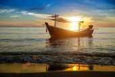Sylwetki statku rybackiego na plaży. — Zdjęcie stockowe
