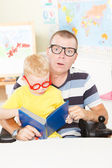 Disable father reading with little son — Stockfoto