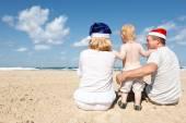 Happy family resting on the sea — Stock Photo