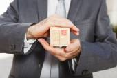 Businessman holding box — Stockfoto