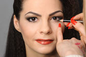 Applying perfect makeup — Stock Photo
