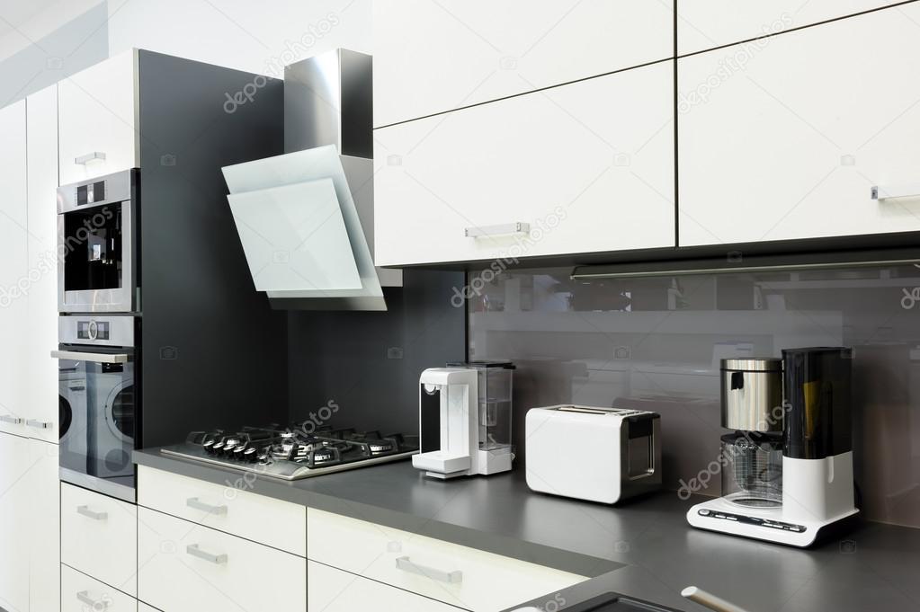 Moderne witte keuken, schoon interieur design — stockfoto ...