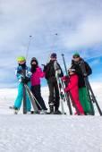 Family on the skiing — Stockfoto