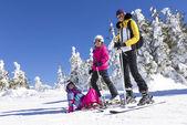 Family on the ski slope — Fotografia Stock