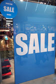 Sale in shopping wndow of fashion store — Stockfoto