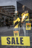 Sale in shopping window of fashion store — Stockfoto