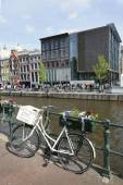 Bicycle on prinsengracht opposite anne frank house — Stockfoto