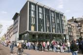 People waiting in line for anne frank house in amsterdam — Stock Photo