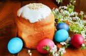 Traditional sugar-topped Easter cake and eggs — Stock Photo