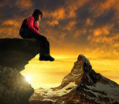 Tjejen sitter på en sten — Stockfoto
