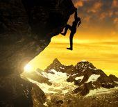 Silhoutte of girl climbing on rock — Zdjęcie stockowe
