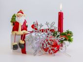 New Year's gift in a white cardboard box, jewelry for a fir-tree and the burning candle — Foto Stock