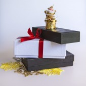New Year's gift in a white cardboard box, jewelry for a fir-tree and a burning candle — Foto Stock