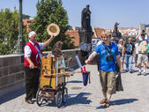 Prague, Czech Republic, on July 10, 2010. City sights. Karlov Bridge, organ-grinder — Foto Stock