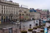 St. petersburg, Rusland, op 28 oktober 2010. typisch stedelijke weergave in regenachtige dag. Nevsky avenue — Stockfoto