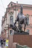 St. Petersburg, Russia, on October 15, 2011. Klodt's well-known sculpture on Anichkov to the bridge — Stock Photo