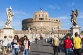 Roma, italia, el 10 de octubre de 2012. río tiber, puente ángel sagrado. los turistas están caminando — Foto de Stock