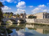řím, itálie, 10. října 2012. pohled na náspy tibery a jeho odraz — Stock fotografie