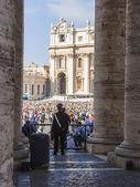 Rzym, włochy, zm. 10 października 2012. tłum wiernych czeka na wyjściu papieża do nastvo na placu świętego piotra w watykanie — Zdjęcie stockowe