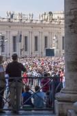 Roma, itália, em 10 de outubro de 2012. a multidão de crentes aguarda uma saída do pontífice para um nastvo em uma praça de são pedro no vaticano — Fotografia Stock