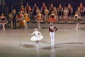 Saint-Pétersbourg, en Russie, le 2 novembre 2014. Théâtre Mariinski. Danseurs de ballet, est intervenus sur la scène après la fin d'une représentation de Don Quichotte — Photo