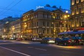 St. Petersburg, Russia, on November 3, 2014. Urban view. Nevsky Avenue in the evening — Stock Photo