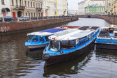 St. Petersburg, Russia, on November 4, 2014. Urban view in the autumn afternoon. The walking ships moored at Moika River Embankment — Foto de Stock