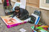 Rome, Italy, 24 February, 2010. The sidewalk artist creates a picture — Foto de Stock